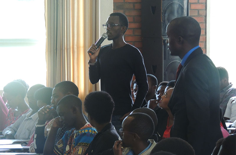 ULK Student asking a question to the senator
