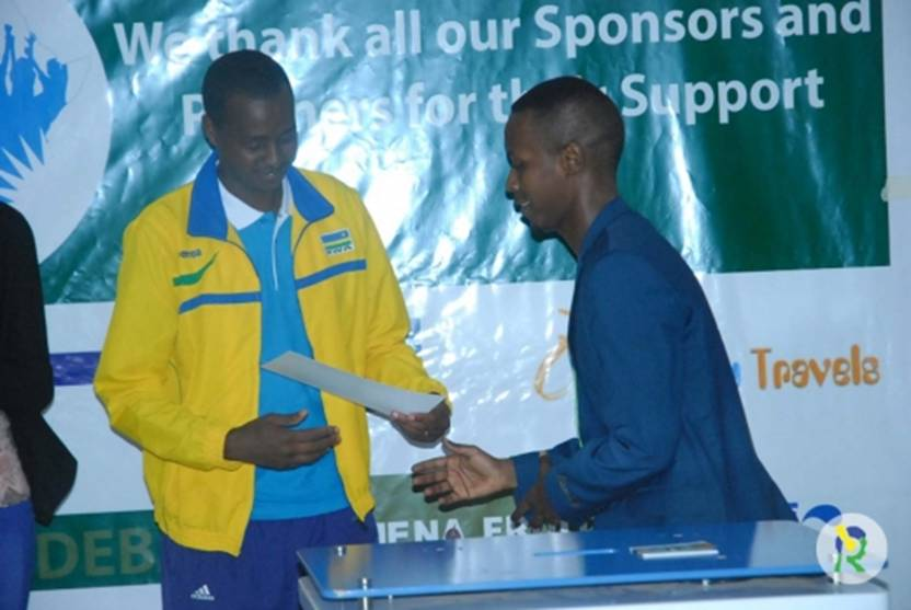 Debater MUKARAGE Keving being awarded by Gasore Serge (Photo Inyarwanda.com)